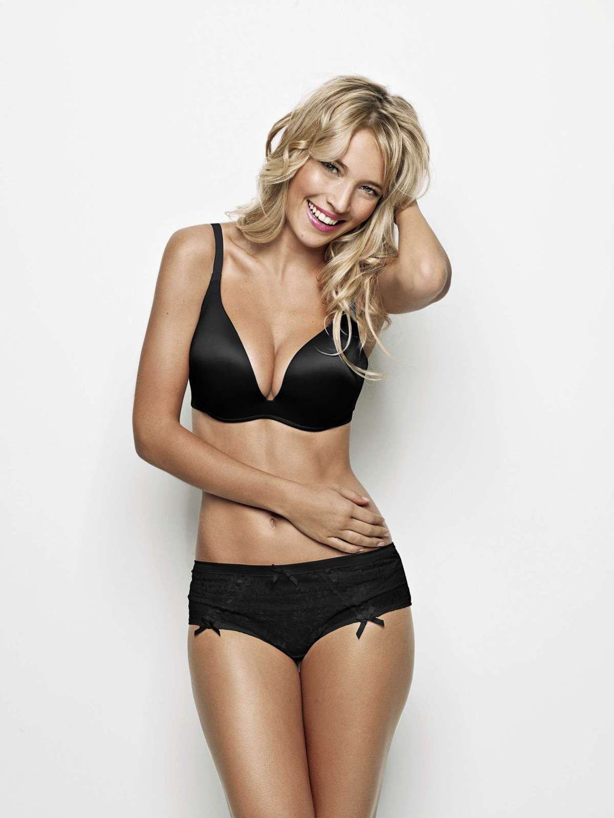 http://lingerietribute.files.wordpress.com/2013/03/luisana-lopilato-ultimo-lingerie.jpg?w=1200